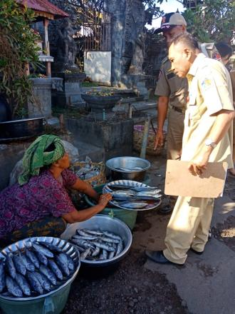 Pastikan Bahan Makanan Aman, Dinas Ketahanan Pangan Buleleng Lakukan Sidak Ke Pasar Tamblang