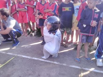 Lomba Lari Karung Helm Meriahkan HUT RI Ke-73 di Lapangan Rumada Tamblang