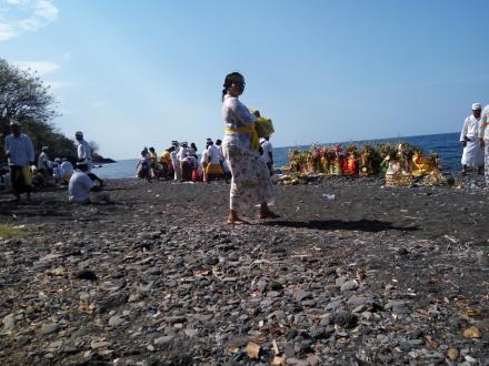 Desa Pakraman Tamblang Laksanakan Melasti ke Pura Ponjokbatu