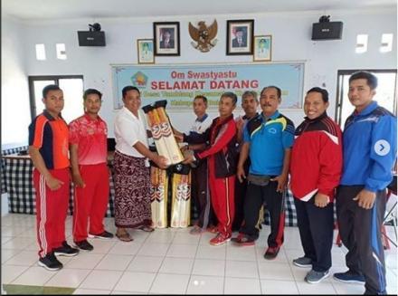 Pengenalan dan Penyerahan Bantuan Alat Olahraga Kriket di Desa Tamblang