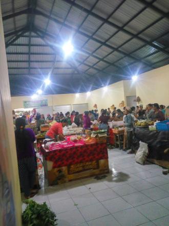 Menjelang Hari Raya Saraswati Pasar Tamblang diserbu pembeli
