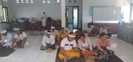 Hari Saraswati Perangkat Desa, LPD dan Bumdesa Kusuma Giri Amertha Sembahyang bersama di Kantor Perb